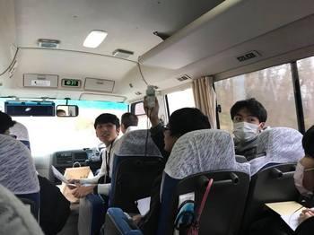 バス内で線量計の説明_5670715678697619648_n.jpg
